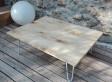 Table basse, bois très clair, noeuds très marqués