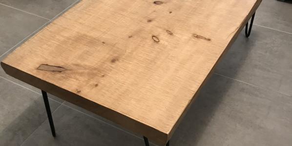 Table basse en bois non deligné, disponible !